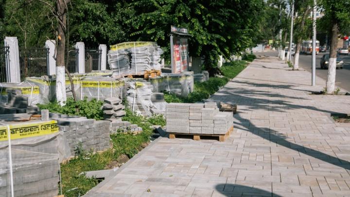 Тротуары вокруг площади Куйбышева мостят тротуарной плиткой