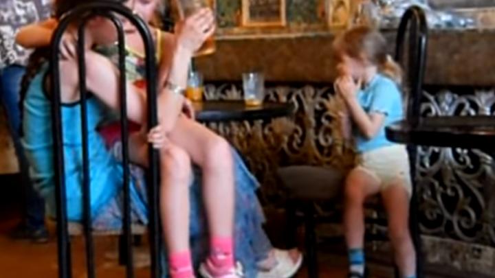 Пьяное турне: в Рыбинске мать при детях устроила дебош в кафе, в троллейбусе и в магазине