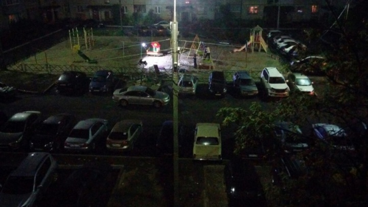 В ярославском дворе работники тайно начали монтировать детскую площадку