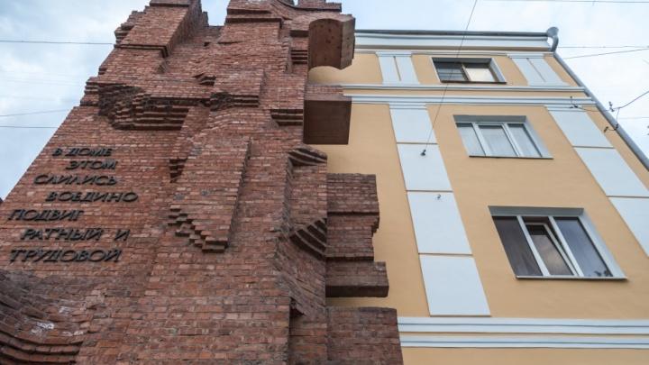 «Таким он был полвека назад»: Дом Павлова в Волгограде выкрасили в персиковый цвет