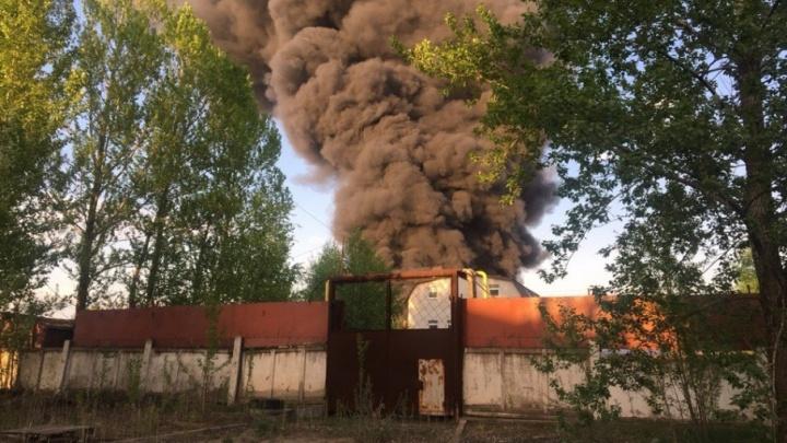 Крупный пожар на складе с лакокраской в Ярославле: фото и видео с места ЧП