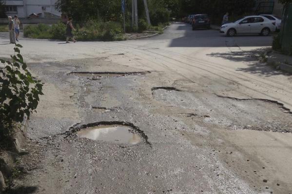 Асфальт поврежден практически по всей протяженности улицы