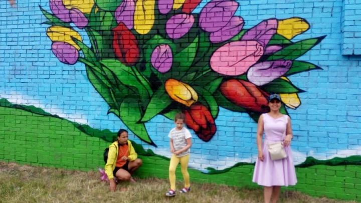 Ростовские художники превратили серый забор в яркую стену для селфи