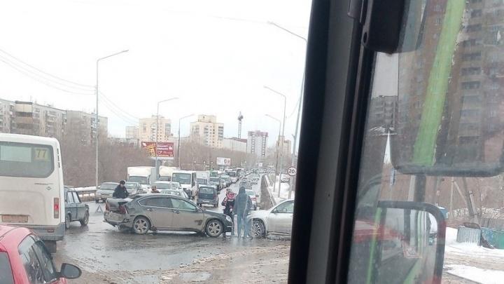 На Щербакова столкнулись пять машин: в ДТП пострадала водитель Nissan Teana
