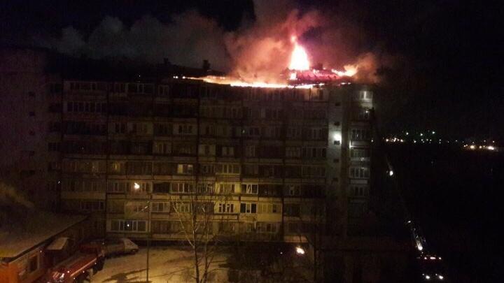 Три часа тушили пожар в многоэтажке на Лесобазе: электричество отключили, жильцов переселяют в гостиницу
