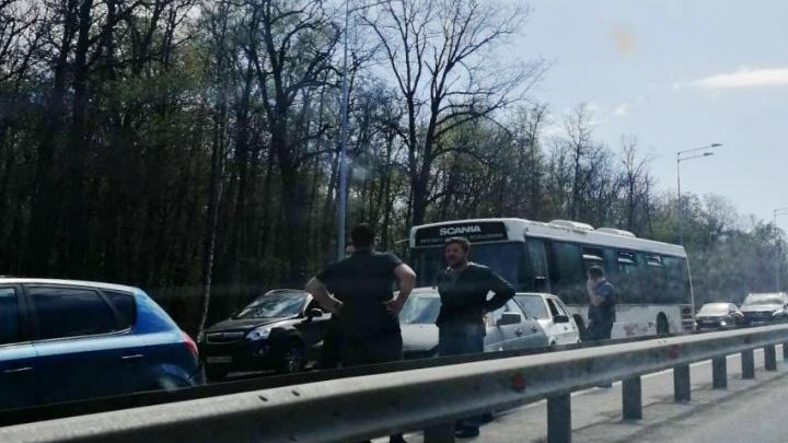 Внимание, пробка: на Волжском шоссе столкнулись 4 легковых автомобиля