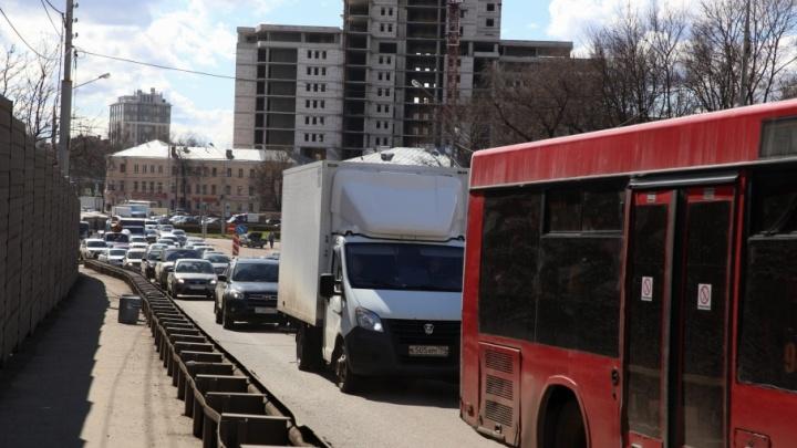 Начали красить не вовремя: в Ярославле водители полдня стоят в пробке