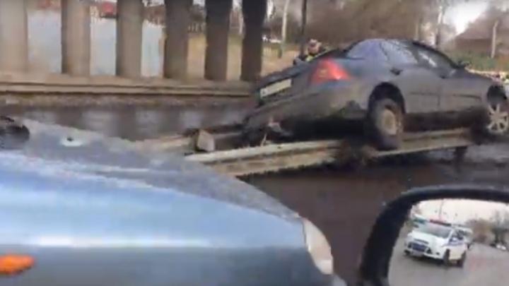 На Московском проспекте «Форд» повис на ограждении