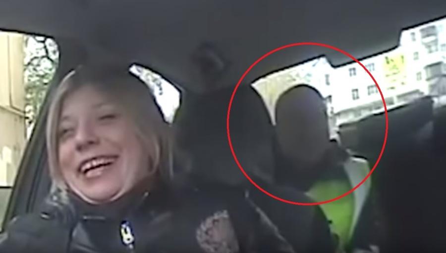 На видео лицо Юлии отлично видно, а вот лица своих сотрудников в ГИБДД зачем-то замазали.