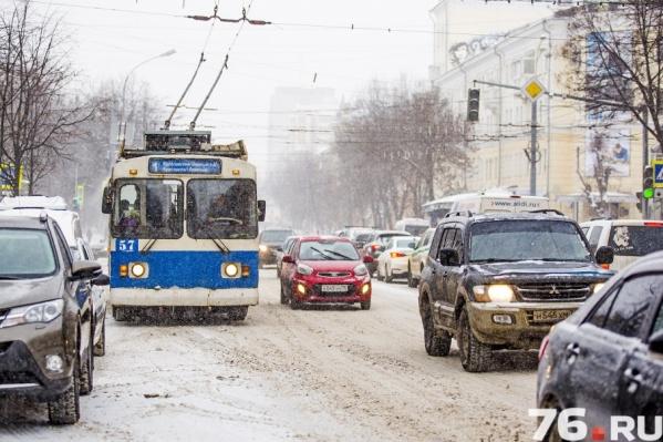 Коммунальщики усиленно борются с последствиями снегопада, но на дорогах всё равно затруднено движение транспорта