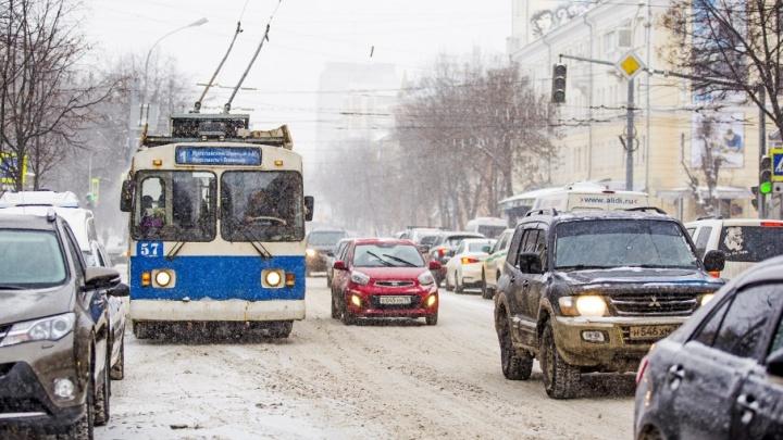 Метель в час пик: коммунальщики обещают убирать город до последней снежинки