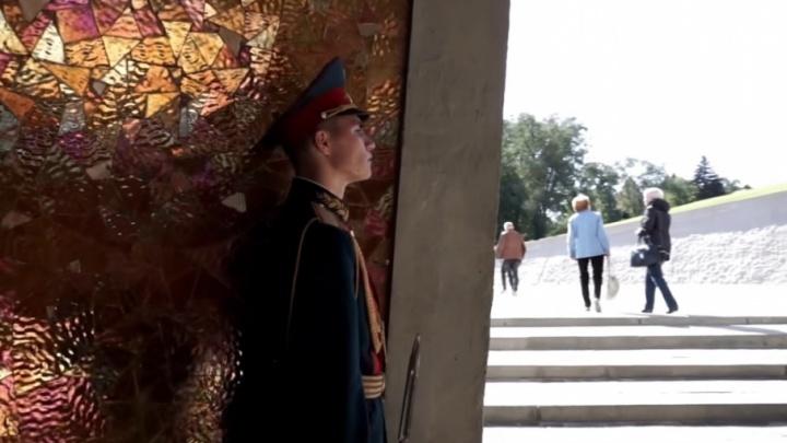 Волгоградцам показали как пешком подниматься на Мамаев курган