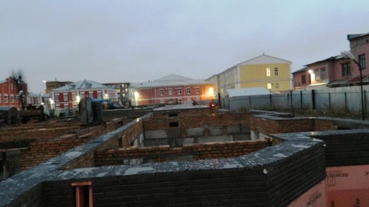 В центре Ярославля впихнули стройку впритык к объектам культурного наследия