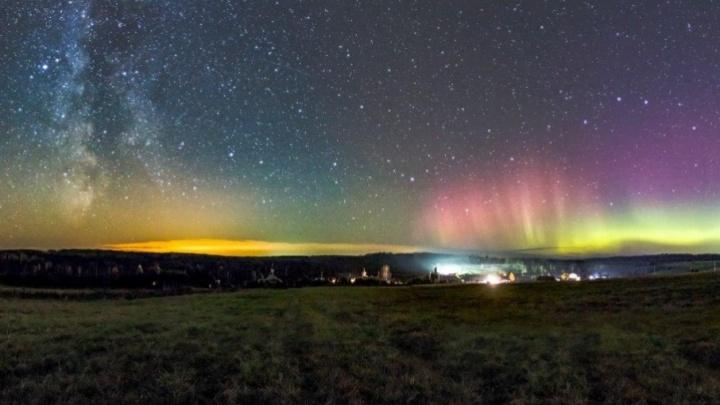 Фотограф поймал в объектив полярное сияние в небе над Прикамьем