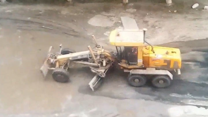В Челябинске дорогу заасфальтировали вместе с лужей