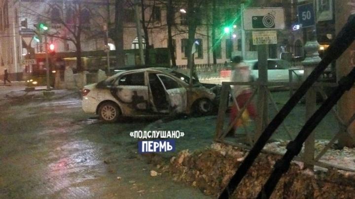 В центре Перми столкнулись автомобиль такси и иномарка: одна машина сгорела