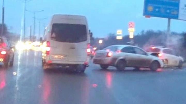 Не разобрались, кто главный: видео момента ДТП на Московском шоссе/Алма-Атинской