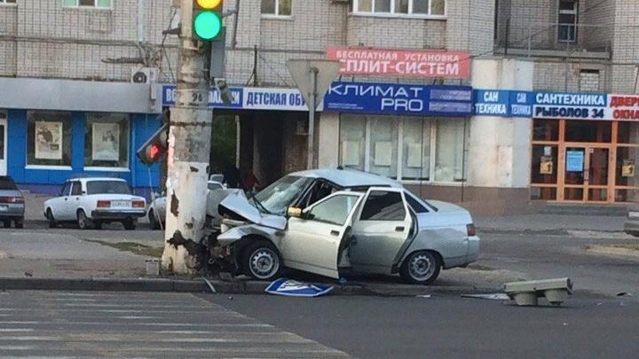 В Волгограде водитель легковушки протаранил столб и снес знак