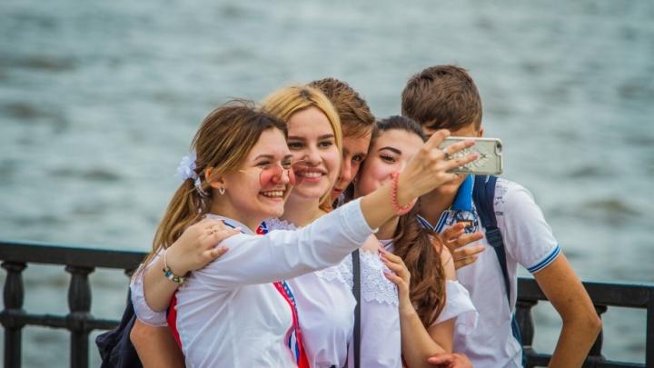 Купание в фонтанах и селфи: выпускники отмечают последний звонок на набережной Ростова