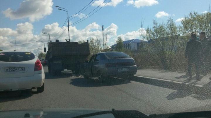 Зарека встала в пробке из-за двух ДТП на Щербакова
