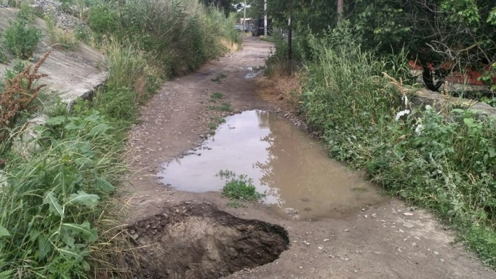 На одной из улиц Ростова после дождя образовалась метровая яма