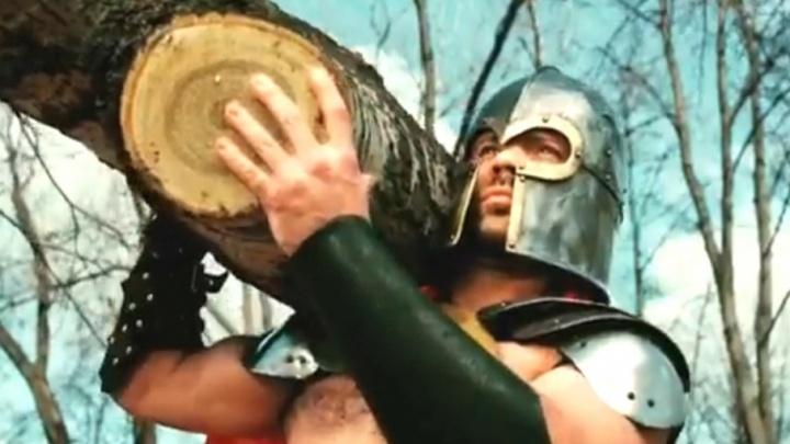 «Супергерой есть в каждом»: чиновники позвали ярославцев на субботник образом полуголого спартанца