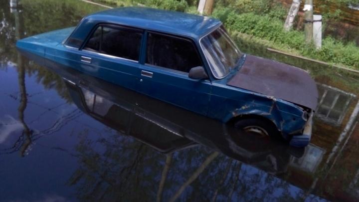Огромные лужи в Маймаксе заставили отечественную легковушку передвигаться вплавь