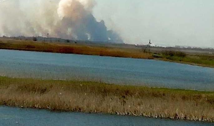 Возле хутора Арпачин в Ростовской области полыхает пожар