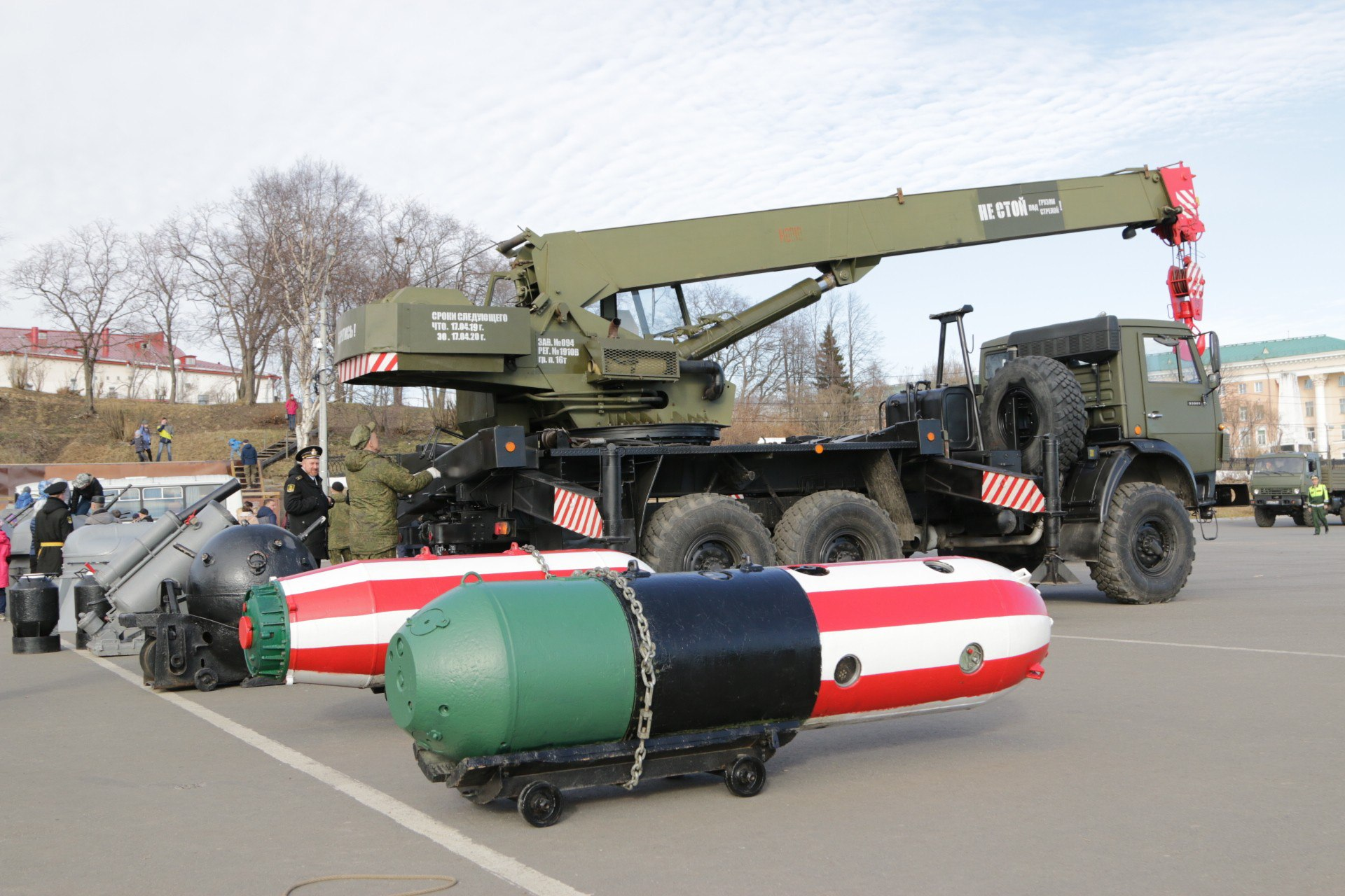 Военные грузят экспонаты