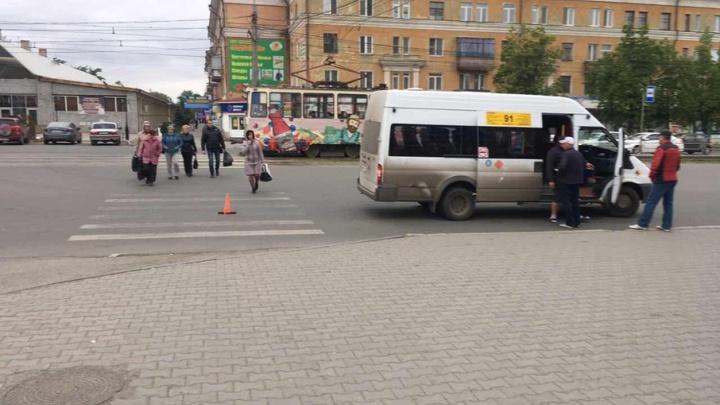 Школьник в Челябинске попал под маршрутку, переходя дорогу на зелёный