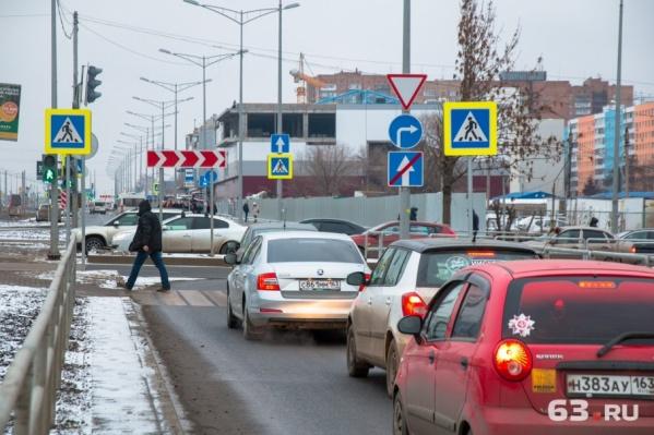 Жители не могут разобраться, как ездить по главному шоссе города