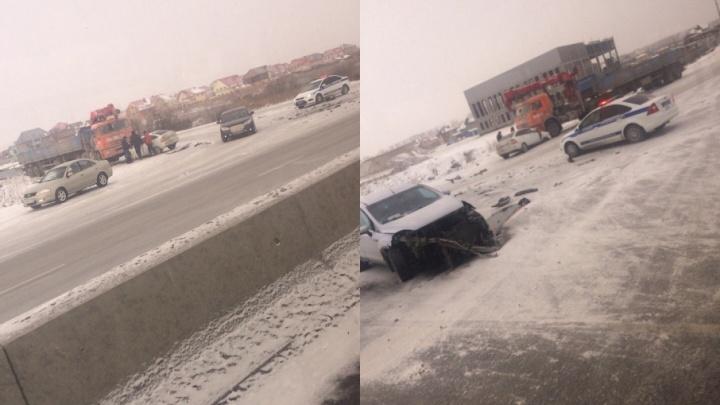 ДТП под Тюменью: Lada Priora отбросило в КАМАЗ после столкновения с другой иномаркой
