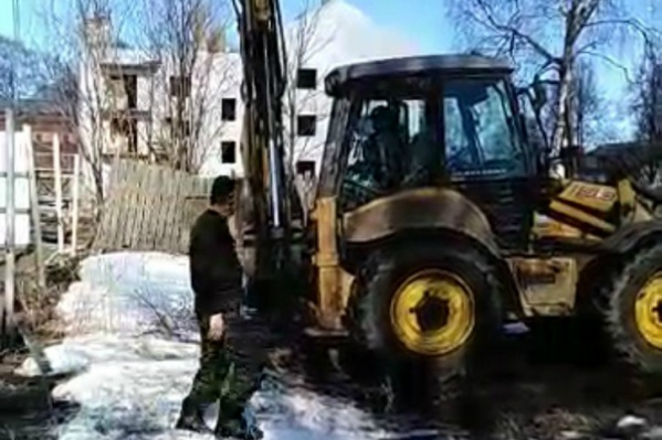 Испугавшись трактора, соседи сами разобрали забор
