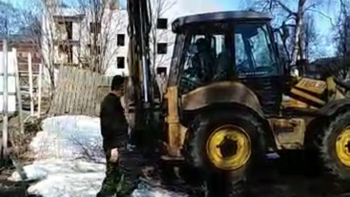 Дачные войны: приставы приехали на тракторе решать споры по дележу земли