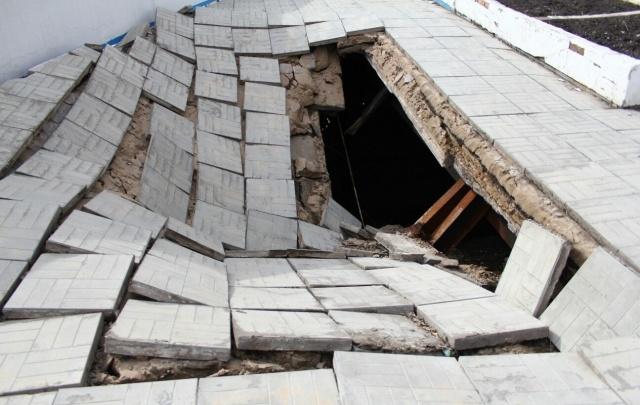 Устранение провала тротуара у стелы на улице Главной затягивается из-за поисков владельца