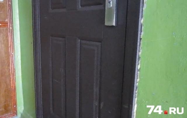 Жителей дома на ЧМЗ обеспокоил долгий плач ребенка за закрытой дверью. Видео