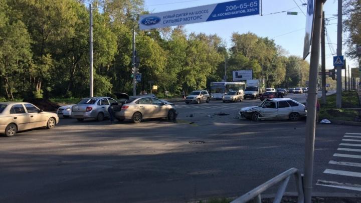 На шоссе Космонавтов автомобилисты встали в пробку из-за аварии с двумя легковушками