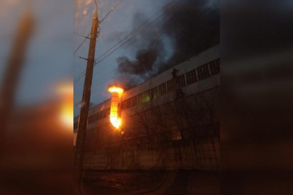 Пламя вырывалось через трубу