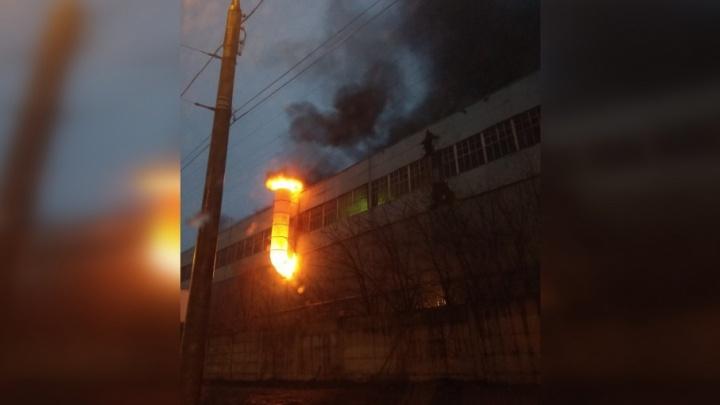 В Самаре 45 пожарных тушили возгорание в заводском цеху