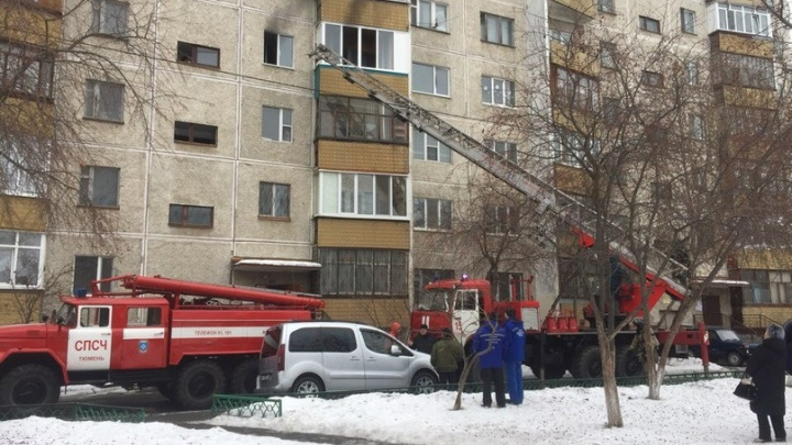 Из-за пожара в тюменской многоэтажке сотрудники МЧС эвакуировали 15 человек