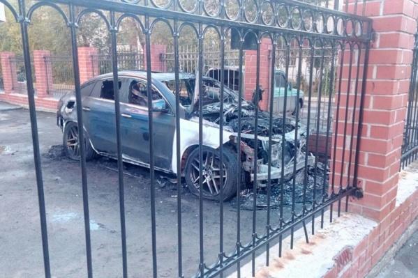 Mercedes-Benz находился в закрытом дворе