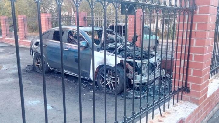 «Раздался хлопок, и запахло палёной резиной»: в Челябинске сгорел Mercedes-Benz