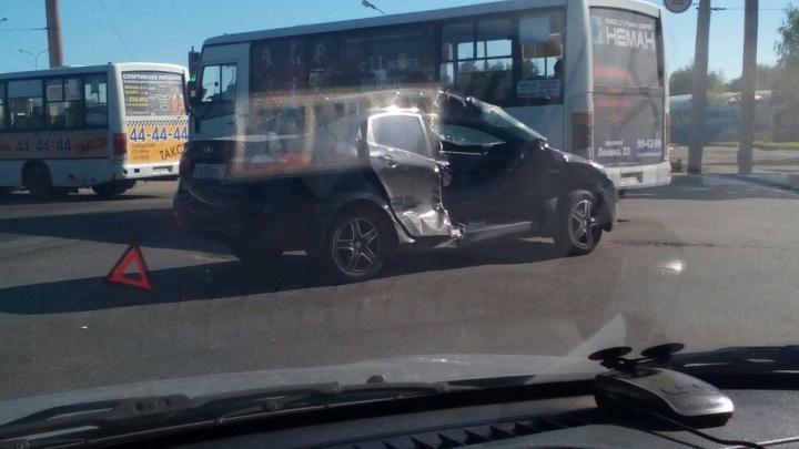 На проспекте Дзержинского столкнулись маршрутка и иномарка: есть пострадавший