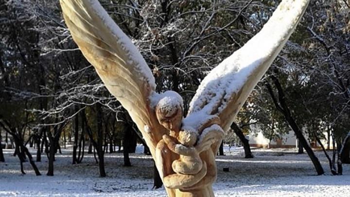 Ангелы и демоны: самарец украшает город деревянными скульптурами