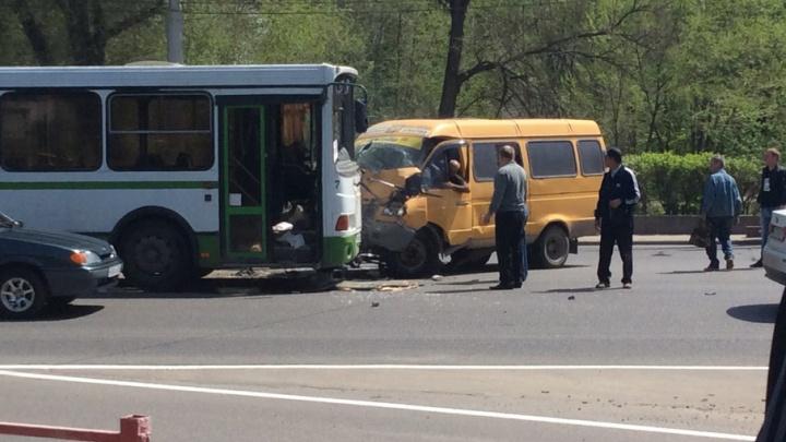 В Волгограде маршрутка с пассажирами столкнулась с автобусом