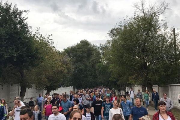 Толпы людей стремились попасть на аэродром Ростов-Центральный