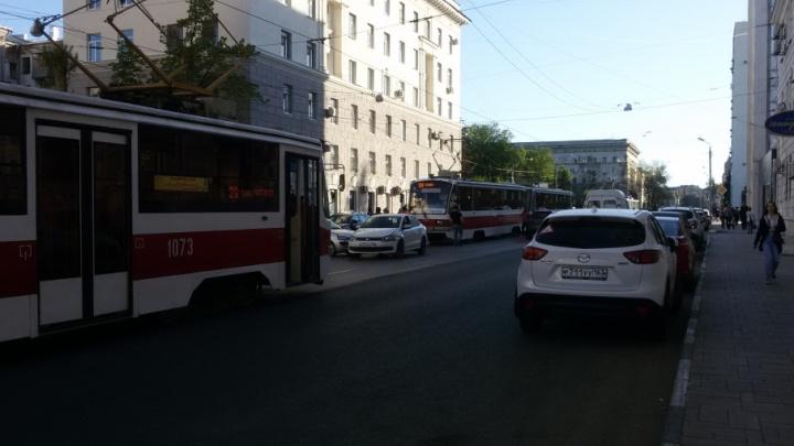 В Самаре три легковушки блокировали проезд трамваев по Галактионовской
