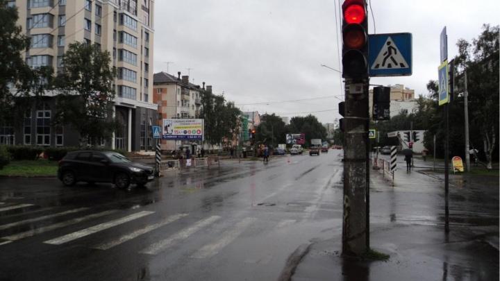 В Архангельске нетрезвый пешеход перебежал дорогу на красный и попал под колеса иномарки