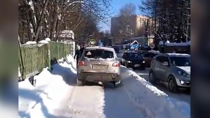 Прыгайте в сугробы: у Соловьёвской больницы «Ниссан» нагло проехал по тротуару