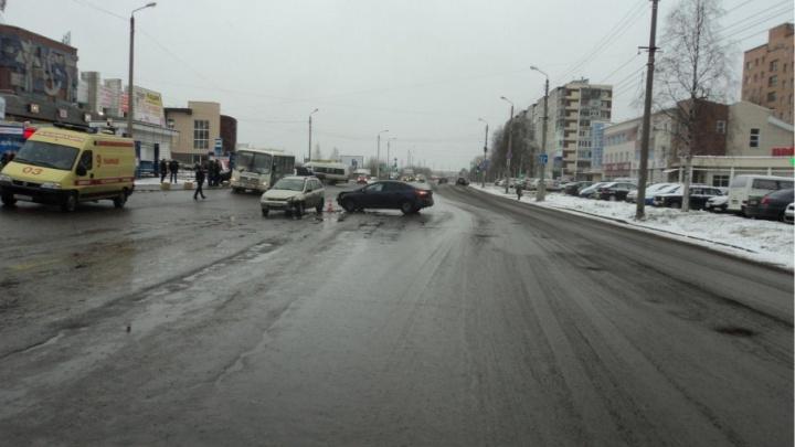 В Октябрьском округе «Форд-Фокус» столкнулся с «Ладой-Калиной»